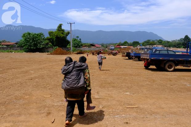 Hình ảnh xúc động tại Lào: Con trai út cõng cha già 77 tuổi bị liệt vượt hàng chục cây số đến nhờ bác sĩ Việt chữa trị - Ảnh 13.