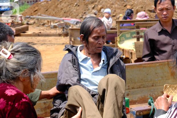 Hình ảnh xúc động tại Lào: Con trai út cõng cha già 77 tuổi bị liệt vượt hàng chục cây số đến nhờ bác sĩ Việt chữa trị - Ảnh 14.