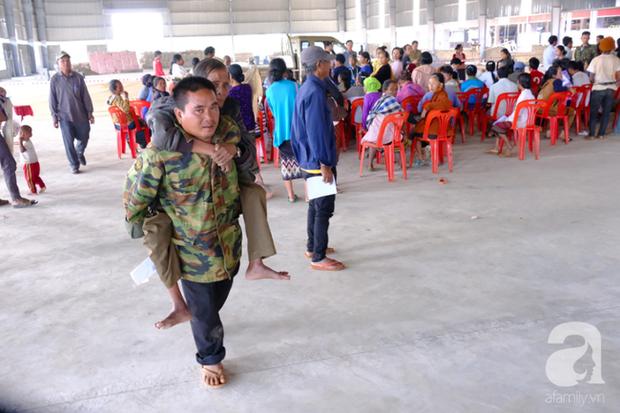 Hình ảnh xúc động tại Lào: Con trai út cõng cha già 77 tuổi bị liệt vượt hàng chục cây số đến nhờ bác sĩ Việt chữa trị - Ảnh 3.