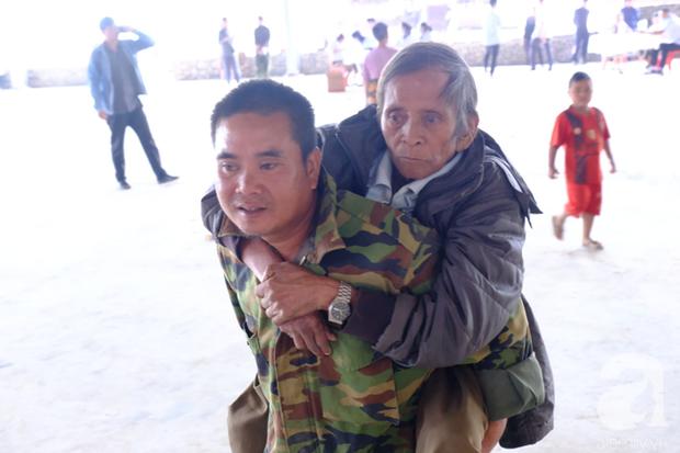 Hình ảnh xúc động tại Lào: Con trai út cõng cha già 77 tuổi bị liệt vượt hàng chục cây số đến nhờ bác sĩ Việt chữa trị - Ảnh 4.