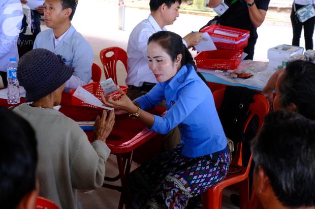 Hình ảnh xúc động tại Lào: Con trai út cõng cha già 77 tuổi bị liệt vượt hàng chục cây số đến nhờ bác sĩ Việt chữa trị - Ảnh 9.