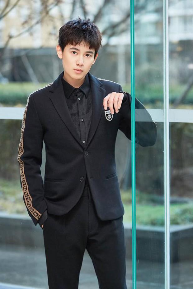 5 chàng diễn viên thế hệ 2000 của Cbiz: Dịch Dương Thiên Tỉ đẹp nức nở, Trần Phi Vũ chuẩn thái tử Cbiz - Ảnh 23.