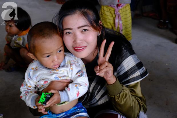 Hình ảnh xúc động tại Lào: Con trai út cõng cha già 77 tuổi bị liệt vượt hàng chục cây số đến nhờ bác sĩ Việt chữa trị - Ảnh 10.