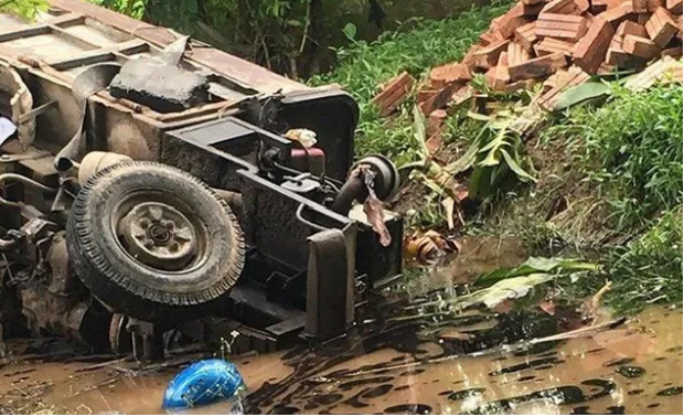 Hà Nội: Sau va chạm giao thông, xe công nông lao xuống mương đè chết 2 người - Ảnh 1.