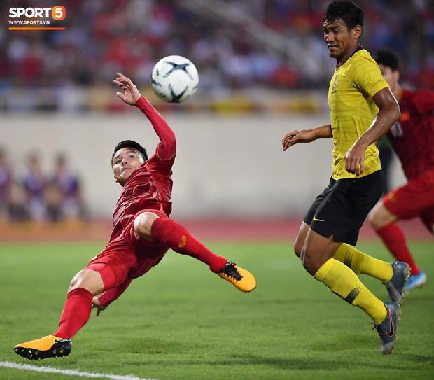 Trung vệ Malaysia thể hiện màn trình diễn buồn như tên của mình: Bị trừng phạt vì dùng tay gạt bóng vào khung thành Văn Lâm, mắc lỗi nghiêm trọng mở đường cho Quang Hải ghi siêu phẩm - Ảnh 4.