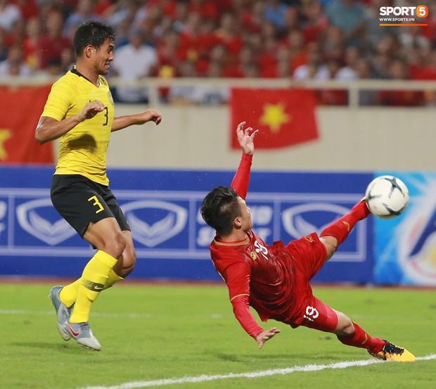 Trung vệ Malaysia thể hiện màn trình diễn buồn như tên của mình: Bị trừng phạt vì dùng tay gạt bóng vào khung thành Văn Lâm, mắc lỗi nghiêm trọng mở đường cho Quang Hải ghi siêu phẩm - Ảnh 3.