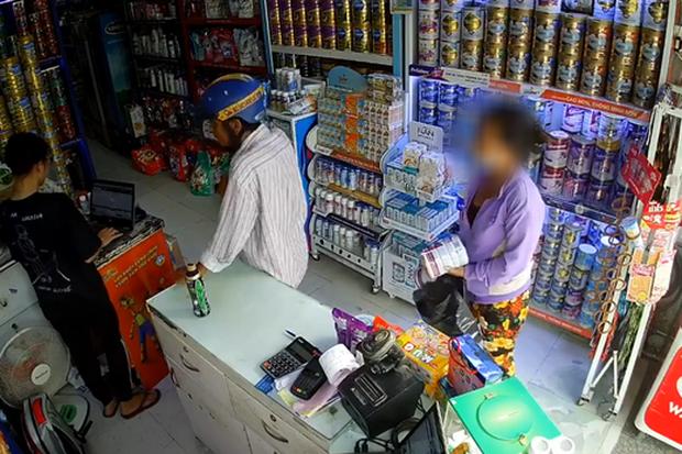 Góc lỗ vốn: Vào mua túi bỉm, cặp đôi trung niên che chắn cho nhau trộm luôn 4 hộp sữa ngay trước mặt nhân viên bán hàng - Ảnh 2.