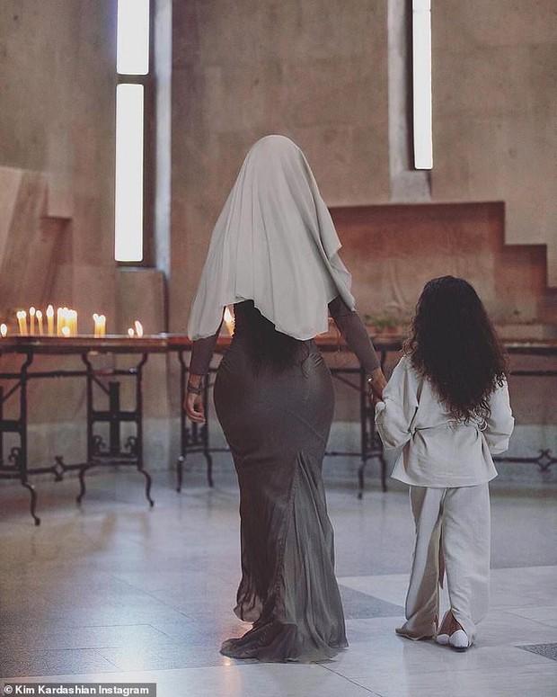 Khoe ảnh đi nhà thờ, con gái 6 tuổi gây chú ý hơn cả Kim siêu vòng 3: Nhan sắc thế này sớm thành mỹ nhân mất thôi! - Ảnh 3.