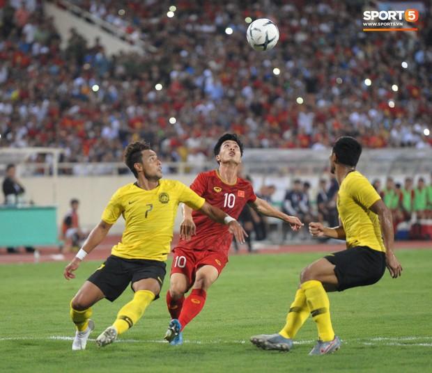 Công Phượng chiếm spotlight với body cực phẩm khi cùng tuyển Việt Nam ngâm đá lạnh hồi phục sau trận thắng Malaysia - Ảnh 3.