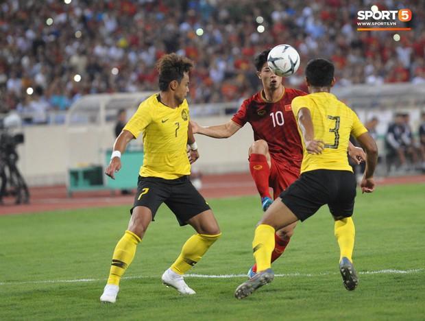 Công Phượng chiếm spotlight với body cực phẩm khi cùng tuyển Việt Nam ngâm đá lạnh hồi phục sau trận thắng Malaysia - Ảnh 4.
