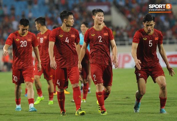 Cảm động khoảnh khắc Duy Mạnh nán lại tìm bố mẹ, Tiến Dũng đưa mắt kiếm bà xã đang mang bầu sau chiến thắng của tuyển Việt Nam trước Malaysia - Ảnh 10.