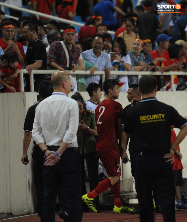 Cảm động khoảnh khắc Duy Mạnh nán lại tìm bố mẹ, Tiến Dũng đưa mắt kiếm bà xã đang mang bầu sau chiến thắng của tuyển Việt Nam trước Malaysia - Ảnh 4.