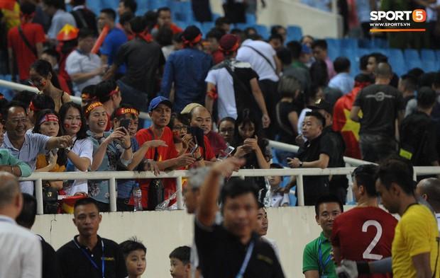 Cảm động khoảnh khắc Duy Mạnh nán lại tìm bố mẹ, Tiến Dũng đưa mắt kiếm bà xã đang mang bầu sau chiến thắng của tuyển Việt Nam trước Malaysia - Ảnh 3.