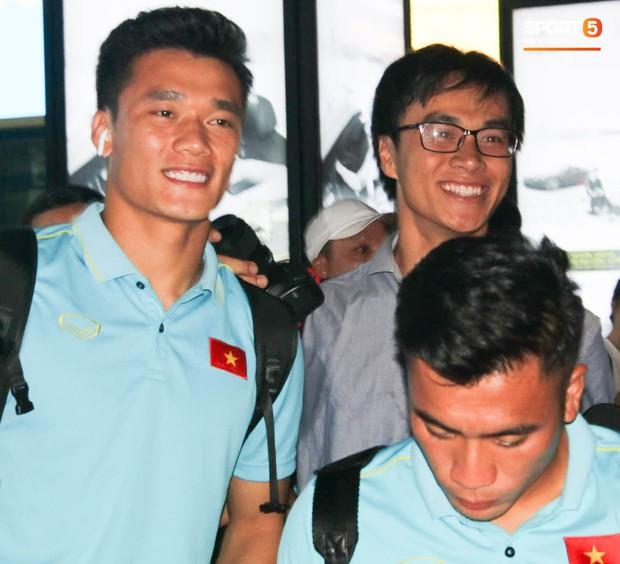 Dàn tuyển thủ U22 Việt Nam cực bảnh bao xuất hiện tại sân bay Tân Sơn Nhất chuẩn bị đá giao hữu với UAE - Ảnh 1.