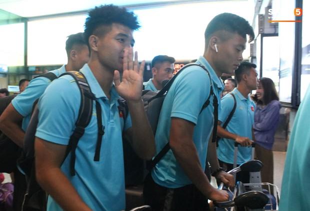 Dàn tuyển thủ U22 Việt Nam cực bảnh bao xuất hiện tại sân bay Tân Sơn Nhất chuẩn bị đá giao hữu với UAE - Ảnh 11.