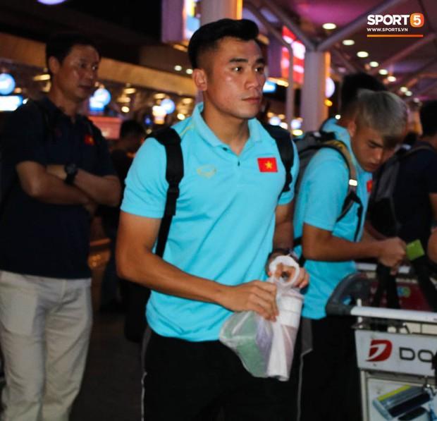 Dàn tuyển thủ U22 Việt Nam cực bảnh bao xuất hiện tại sân bay Tân Sơn Nhất chuẩn bị đá giao hữu với UAE - Ảnh 6.