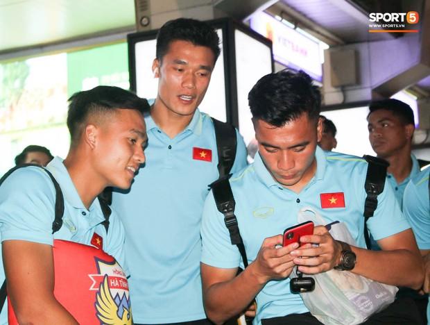 Dàn tuyển thủ U22 Việt Nam cực bảnh bao xuất hiện tại sân bay Tân Sơn Nhất chuẩn bị đá giao hữu với UAE - Ảnh 4.