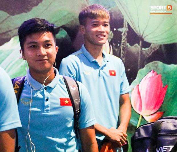 Dàn tuyển thủ U22 Việt Nam cực bảnh bao xuất hiện tại sân bay Tân Sơn Nhất chuẩn bị đá giao hữu với UAE - Ảnh 2.