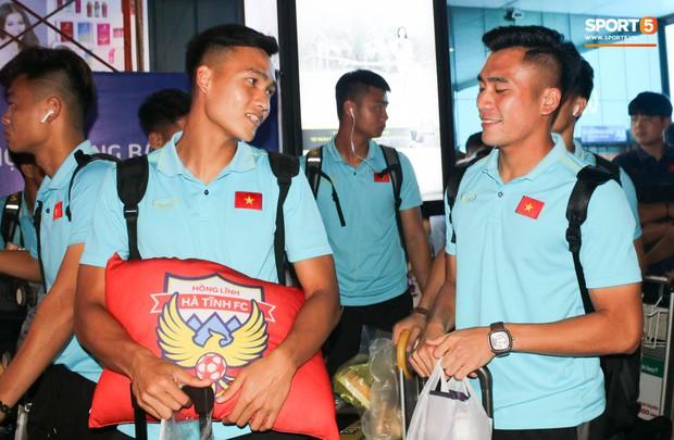 Dàn tuyển thủ U22 Việt Nam cực bảnh bao xuất hiện tại sân bay Tân Sơn Nhất chuẩn bị đá giao hữu với UAE - Ảnh 8.