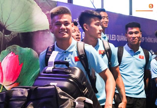 Dàn tuyển thủ U22 Việt Nam cực bảnh bao xuất hiện tại sân bay Tân Sơn Nhất chuẩn bị đá giao hữu với UAE - Ảnh 3.