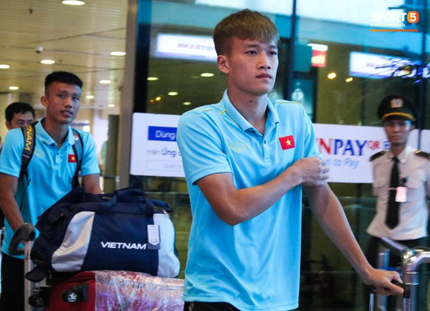 Dàn tuyển thủ U22 Việt Nam cực bảnh bao xuất hiện tại sân bay Tân Sơn Nhất chuẩn bị đá giao hữu với UAE - Ảnh 7.