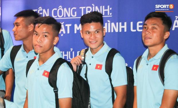 Dàn tuyển thủ U22 Việt Nam cực bảnh bao xuất hiện tại sân bay Tân Sơn Nhất chuẩn bị đá giao hữu với UAE - Ảnh 9.