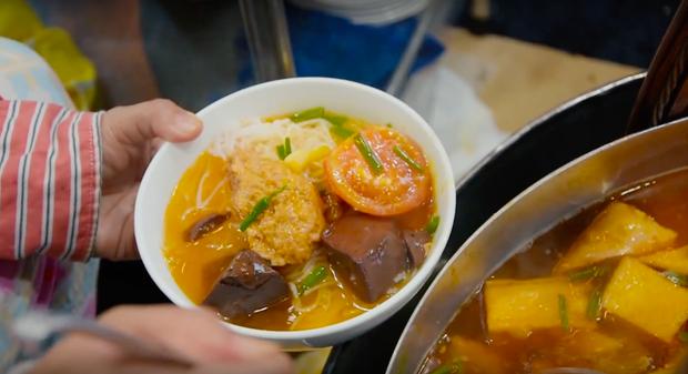 Là MC có thu nhập khủng nhất nhì Việt Nam nhưng Trấn Thành ăn uống lại cực giản dị, toàn rủ bạn bè đi ăn đồ vỉa hè bình dân - Ảnh 4.