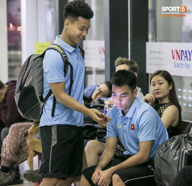 Tuyển thủ Việt Nam thẫn thờ, lộ gương mặt đáng thương vì phải ra sân bay đi Indonesia từ nửa đêm - Ảnh 9.
