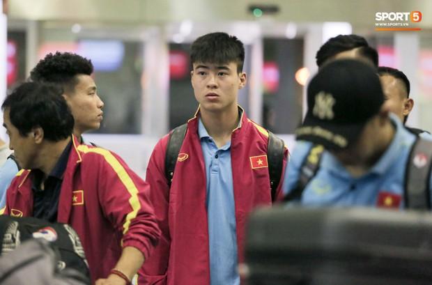Tuyển thủ Việt Nam thẫn thờ, lộ gương mặt đáng thương vì phải ra sân bay đi Indonesia từ nửa đêm - Ảnh 5.