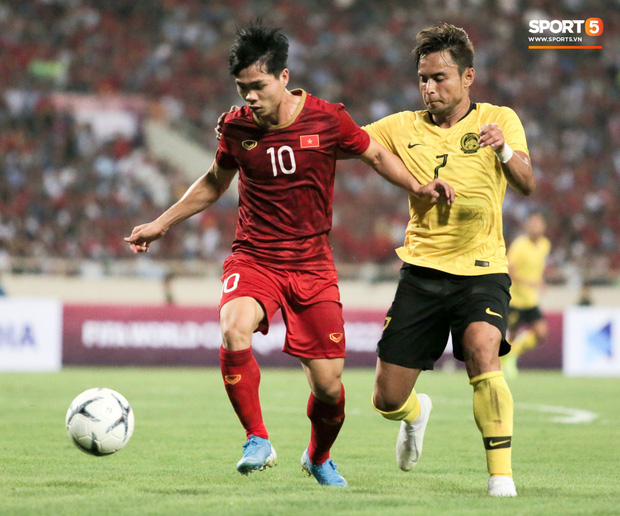 Công Phượng lườm hậu vệ Malaysia sau khi dính đòn đau nhưng biểu cảm phía sau mới đáng chú ý - Ảnh 1.