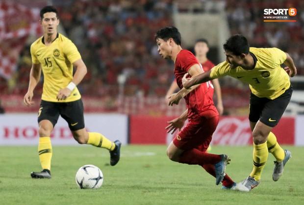 Công Phượng lườm hậu vệ Malaysia sau khi dính đòn đau nhưng biểu cảm phía sau mới đáng chú ý - Ảnh 8.