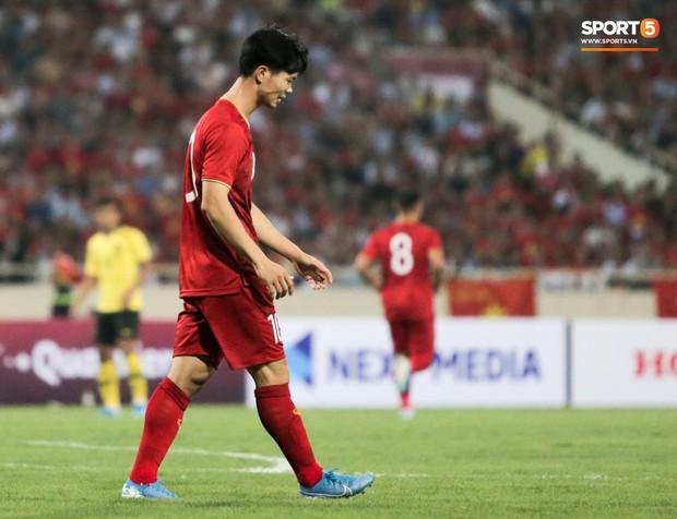 Công Phượng lườm hậu vệ Malaysia sau khi dính đòn đau nhưng biểu cảm phía sau mới đáng chú ý - Ảnh 10.