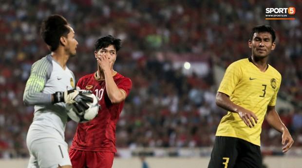 Công Phượng lườm hậu vệ Malaysia sau khi dính đòn đau nhưng biểu cảm phía sau mới đáng chú ý - Ảnh 4.