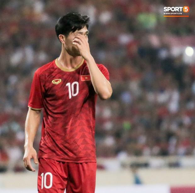 Công Phượng lườm hậu vệ Malaysia sau khi dính đòn đau nhưng biểu cảm phía sau mới đáng chú ý - Ảnh 5.