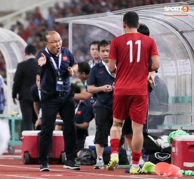 Công Phượng lườm hậu vệ Malaysia sau khi dính đòn đau nhưng biểu cảm phía sau mới đáng chú ý - Ảnh 11.