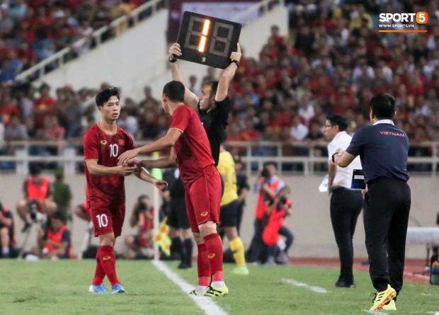 Công Phượng lườm hậu vệ Malaysia sau khi dính đòn đau nhưng biểu cảm phía sau mới đáng chú ý - Ảnh 12.