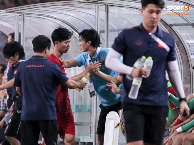 Công Phượng lườm hậu vệ Malaysia sau khi dính đòn đau nhưng biểu cảm phía sau mới đáng chú ý - Ảnh 13.