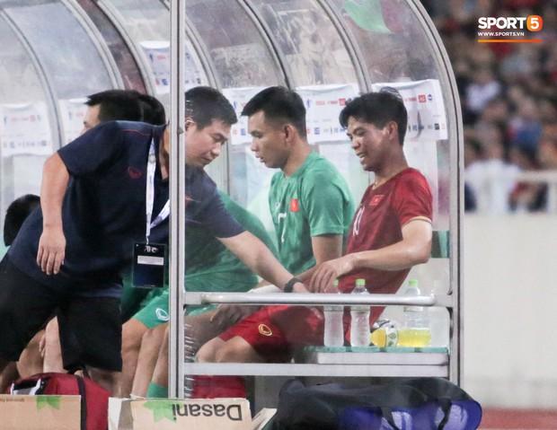 Công Phượng lườm hậu vệ Malaysia sau khi dính đòn đau nhưng biểu cảm phía sau mới đáng chú ý - Ảnh 14.