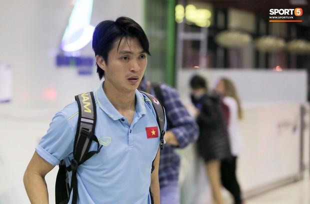 Tuyển thủ Việt Nam thẫn thờ, lộ gương mặt đáng thương vì phải ra sân bay đi Indonesia từ nửa đêm - Ảnh 4.