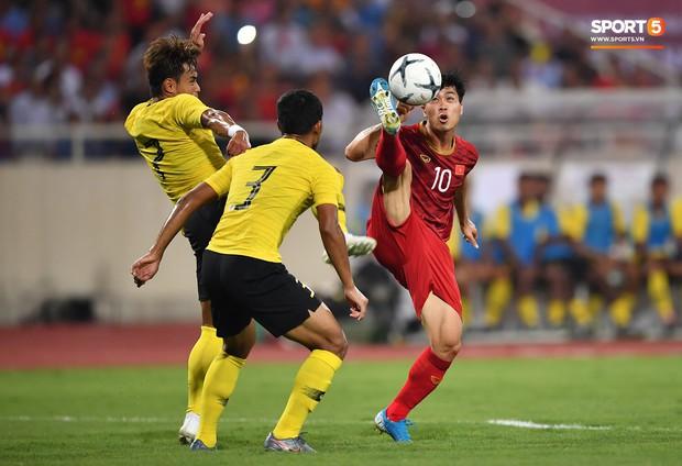 Công Phượng lườm hậu vệ Malaysia sau khi dính đòn đau nhưng biểu cảm phía sau mới đáng chú ý - Ảnh 2.