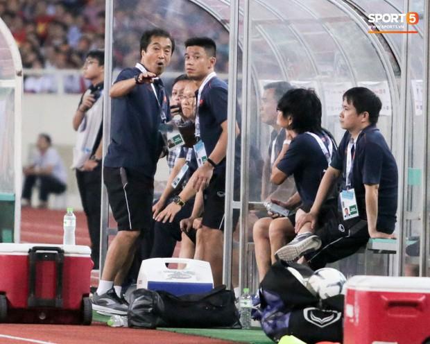 BHL tuyển Việt Nam lần đầu dùng bộ đàm trong trận thắng Malaysia, không phải ai cũng biết công dụng thật sự - Ảnh 3.