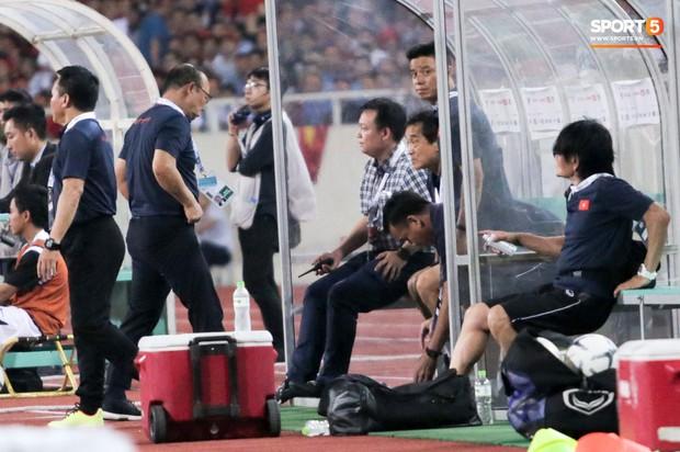 BHL tuyển Việt Nam lần đầu dùng bộ đàm trong trận thắng Malaysia, không phải ai cũng biết công dụng thật sự - Ảnh 4.