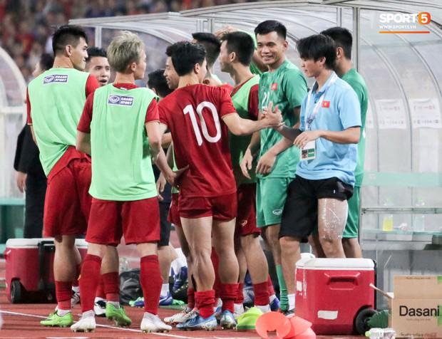 Chấn thương rời sân, Tuấn Anh hoá gia sư chỉ dạy đàn em ngay trong cabin của tuyển Việt Nam - Ảnh 9.