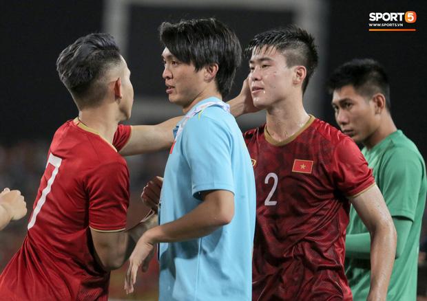 Chấn thương rời sân, Tuấn Anh hoá gia sư chỉ dạy đàn em ngay trong cabin của tuyển Việt Nam - Ảnh 10.