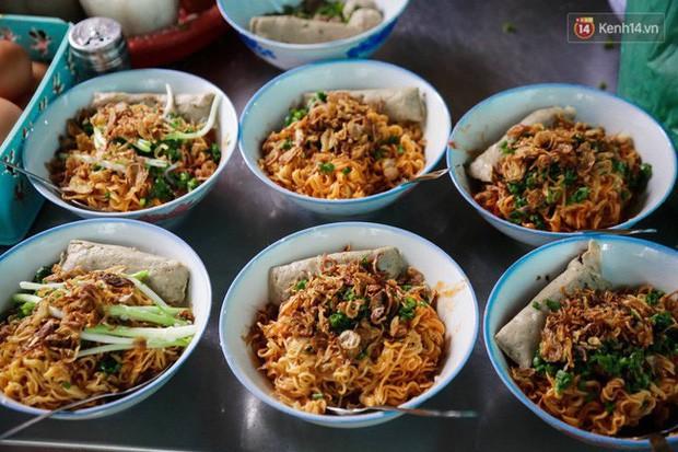 Là MC có thu nhập khủng nhất nhì Việt Nam nhưng Trấn Thành ăn uống lại cực giản dị, toàn rủ bạn bè đi ăn đồ vỉa hè bình dân - Ảnh 9.