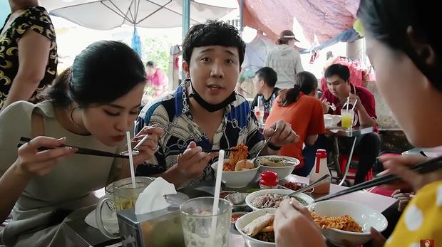 Là MC có thu nhập khủng nhất nhì Việt Nam nhưng Trấn Thành ăn uống lại cực giản dị, toàn rủ bạn bè đi ăn đồ vỉa hè bình dân - Ảnh 10.
