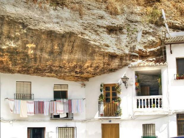 Thị trấn bất thường ở Tây Ban Nha: Tuy bị đá đè nhưng vẫn thu hút rất đông khách du lịch ghé thăm - Ảnh 5.