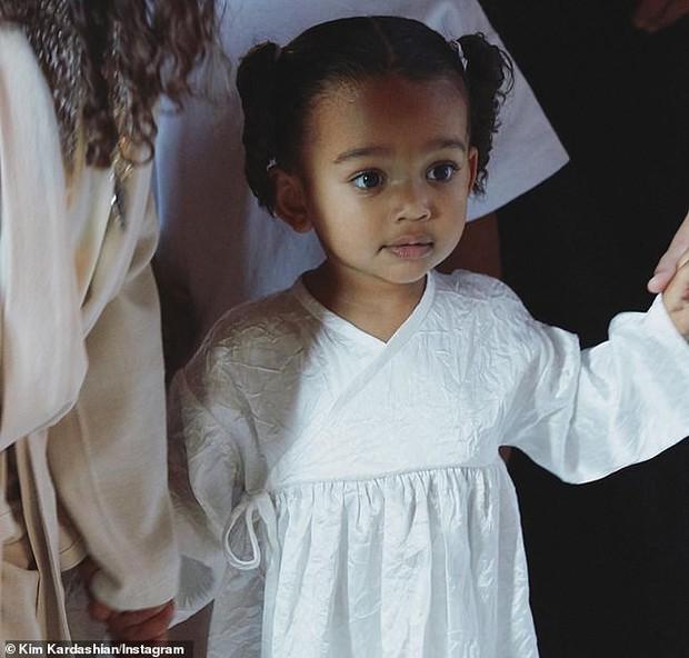 Khoe ảnh đi nhà thờ, con gái 6 tuổi gây chú ý hơn cả Kim siêu vòng 3: Nhan sắc thế này sớm thành mỹ nhân mất thôi! - Ảnh 6.