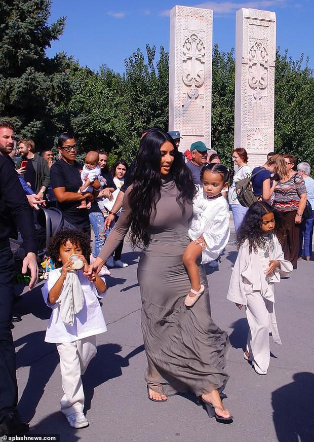 Khoe ảnh đi nhà thờ, con gái 6 tuổi gây chú ý hơn cả Kim siêu vòng 3: Nhan sắc thế này sớm thành mỹ nhân mất thôi! - Ảnh 4.