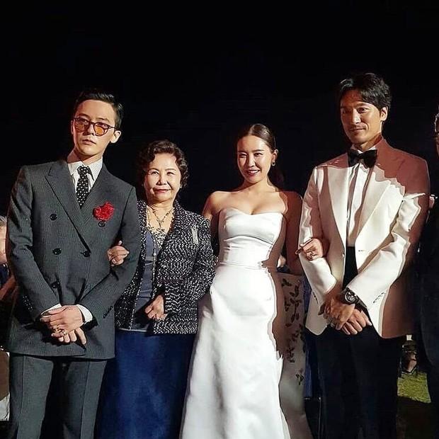 Đám cưới chị gái G-Dragon và tài tử Hàn: Trưởng nhóm Big Bang bảnh hết cỡ, thái độ quay ngoắt 180 độ bên cô dâu chú rể - Ảnh 3.